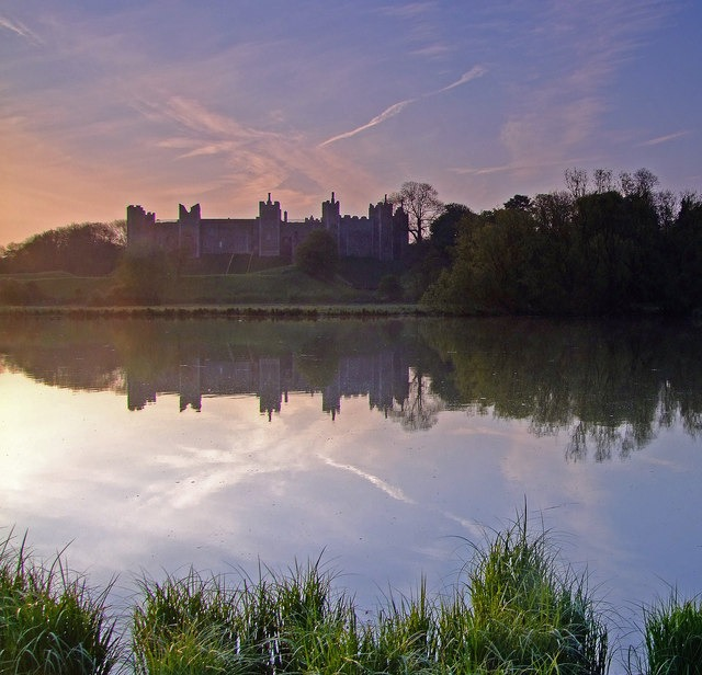 framlingham_castle_reflected_in_the_mereat_dawn-_-_geograph-org-uk_-_1293414